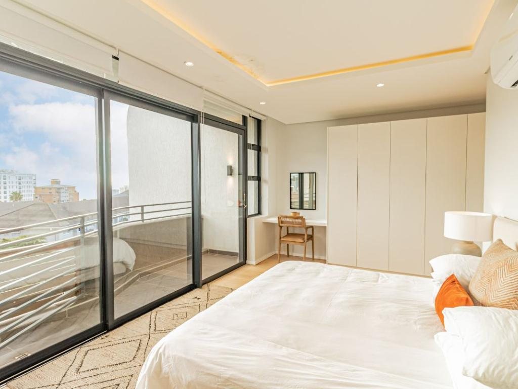 9 On S - bedroom with balcony
