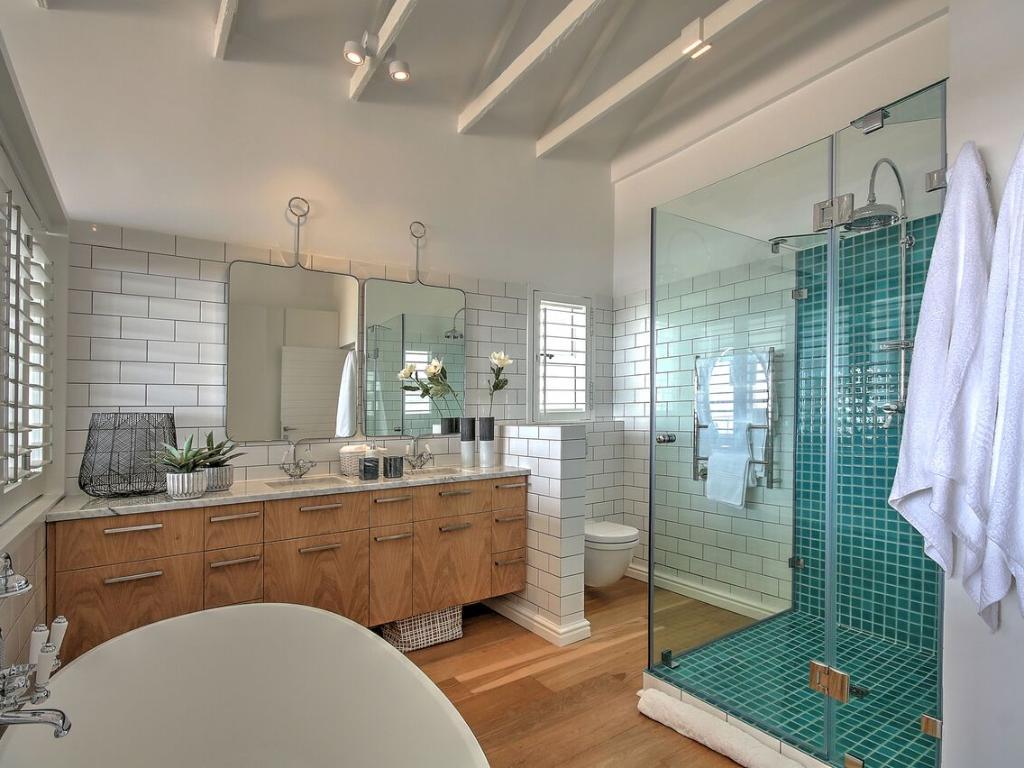 Penthouse North bathroom
